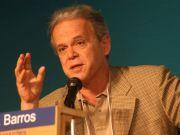 Mendonça de Barros: Palestra sobre a Internacionalização da Economia Brasileira (19/09/12 Agropec). Luiz Carlos Mendonça de Barros (São Paulo, 1942) é um engenheiro e economista brasileiro, ex-presidente do BNDES (novembro de 1995 a abril de 1998) e ex-ministro das Comunicações (abril de 1998 a novembro de 1998).