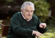 """Com uma vida simples e modesta, José Mujica conta, em entrevista, sua forma de administrar o país com a capital mais segura do continente: Uruguai, o país que tem aproximadamente 3 milhões de habitantes e o menor numero de analfabetismo da américa do sul, tem uma economia que cresce quase o dobro da do Brasil e uma taxa de homicídios igual a um quarto do nosso país. Tem a capital mais segura do continente, mas, segundo seu presidente, José Mujica, ainda tem muito que melhorar. Em seu governo, Mujica traçou um plano para combater o narcotráfico, legalizando a Maconha, o que gerou uma resistência da população que ele julga normal, como sendo """"medo do novo"""". Sua ideia não é apoiar o uso da Maria Juana, como chamam, mas sim aceitar e conhecer a realidade para poder ajudar quem está envolvido com as drogas. Porém, a medida vem com uma serie de cuidados, como a quantidade de produção controlada e em áreas militares que antes não eram utilizadas e hoje, ajudam a fazer o controle. Sobre outras drogas, Mujica não se preocupa tanto e explica que por ser o Uruguai um país pequeno, não oferece um bom mercado para drogas mais pesadas, como cocaína e crack e diz que o que entra no país, tem como destino a Europa. Outra questão polemica adotada por """"El Pepe"""" como é chamado, foi a legalização do aborto, outra pratica que ele não apoia. """"Ninguém gosta dele. Não estamos de acordo com o aborto"""". Sua ideia é que sendo legal, as mulheres procurem o governo e que então, eles possam dar apoio psicológico à elas. """"Retrocedem porque não se sentem mais sozinhas"""" alega Mujica, que complementa dizendo que, se necessário, é oferecido também apoio econômico àquelas que desistem. Ele ainda fala de dois assuntos: O abrigo oferecido aos refugiados de Guantanamo, explicando que o Uruguai é um país todo formado por refugiados, seja da guerra, da fome ou qualquer outro motivo, e que então acha justo que o povo se solidarize, oferecendo um lugar para eles viverem, mas alerta: Não oferece um lugar para """